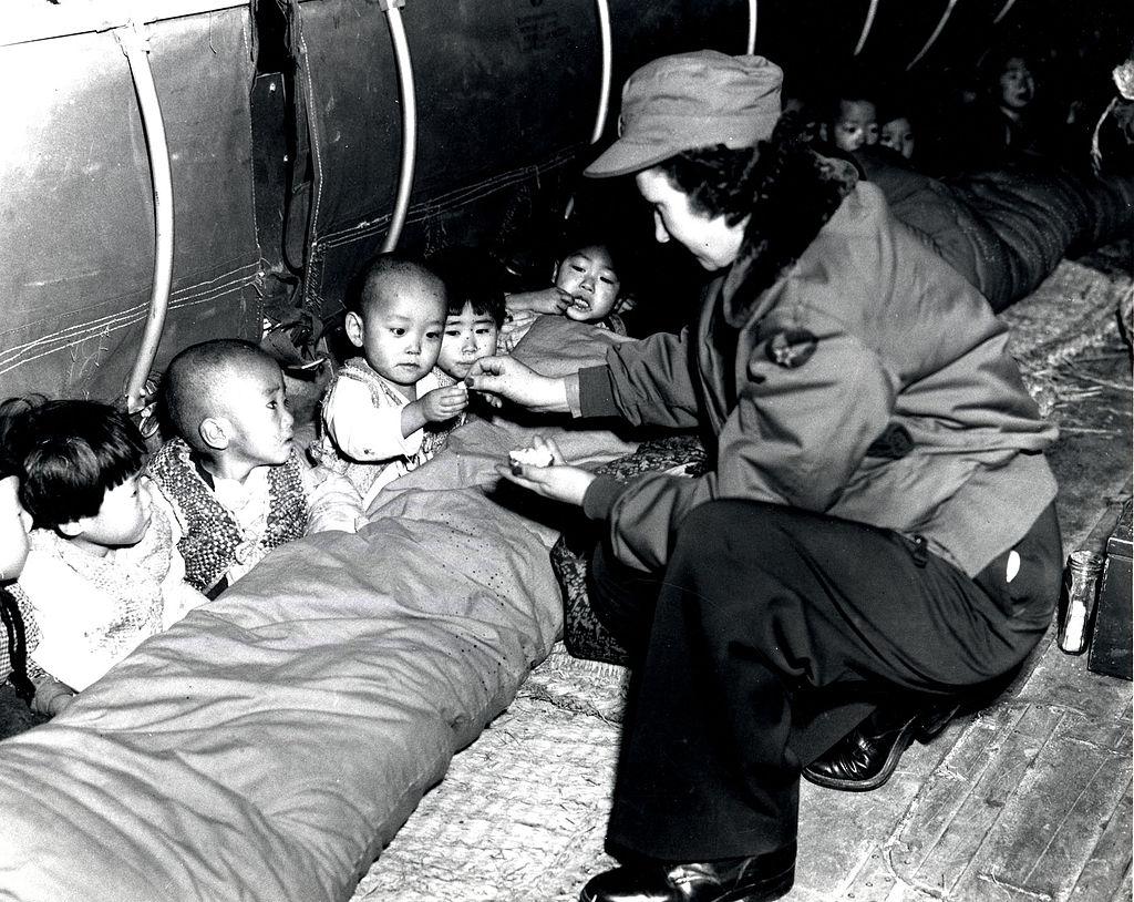 [이희용의 글로벌시대] 전쟁고아 1천 명 구한 '유모차 공수작전'의 기적