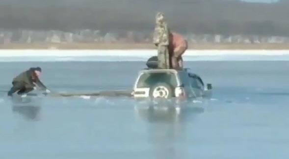 러 극동 낚시꾼들 바다 살얼음판에 차 몰고 갔다가 '풍덩'
