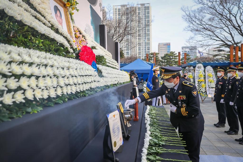'꽃다운 나이에' 교통정리 중 사고로 숨진 20대 경찰관 영결식