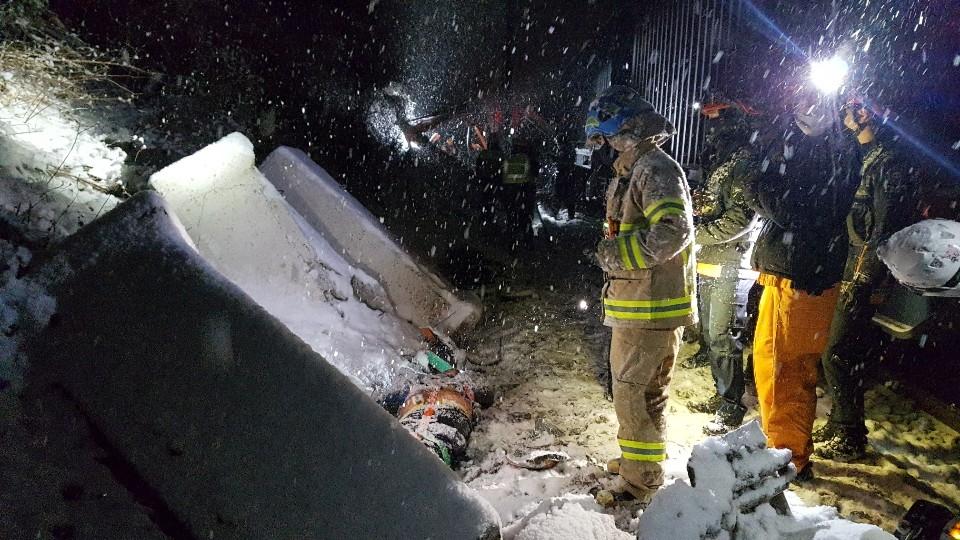 천안 경부선 철로서 굴삭기·화물열차 충돌…2명 사망(종합)