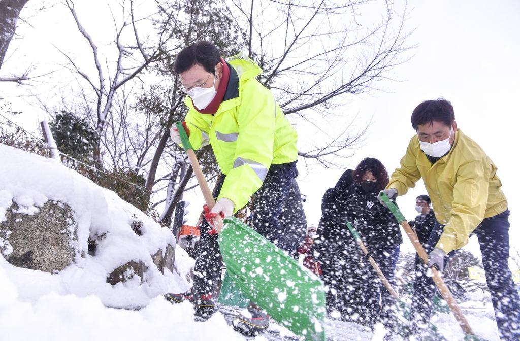 '20분 출근길이 2시간'…16㎝ 폭설에 광주 도심 혼란