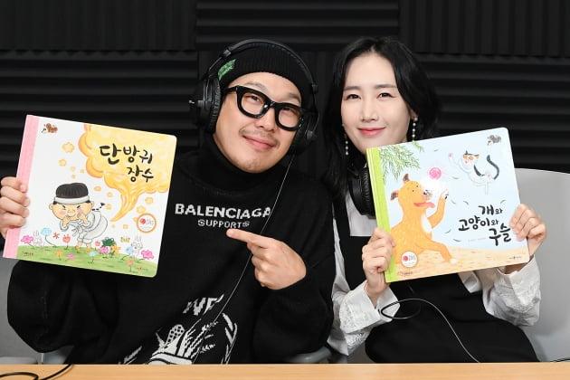 하하와 별이 각자 자신이 읽은 동화책을 들고 있다. /이승현 기자 lsh87@