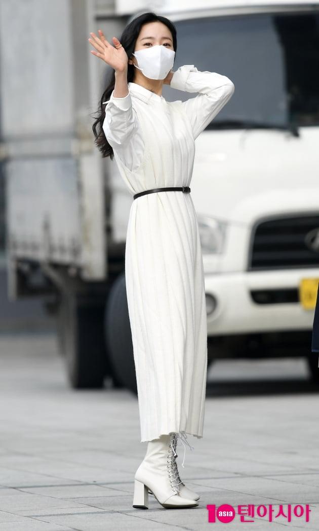 [TEN 포토] 한지민 '허리가 몇 인치일까?'