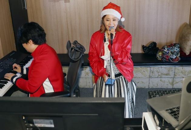 솔비가 지난 23일 오후 서울 논현동의 한 스튜디오에서 영유아 아동 보호시설 경동원 아이들을 위한 언택트 봉사활동을 가졌다. /사진제공=엠에이피크루