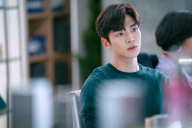 '선배, 그 립스틱 바르지 마요' 로운/사진=JTBC스튜디오