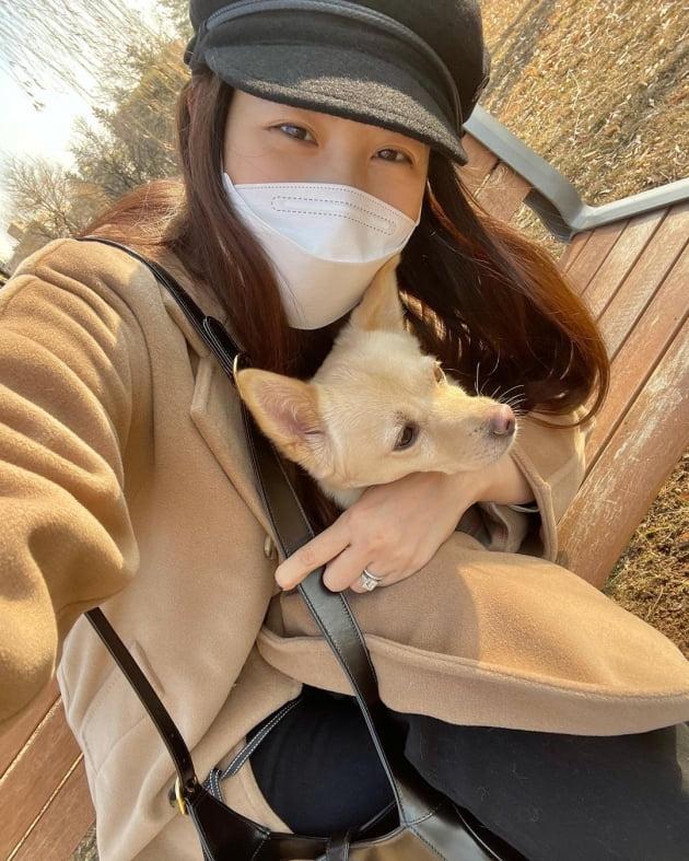 """수현, 따뜻한 햇살 아래 반려견과 산책 """"평화로운 오후"""""""