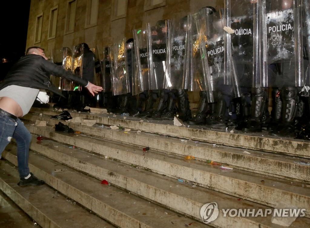 알바니아 코로나 통금 어긴 청년 경찰 총에 사망…항의 시위