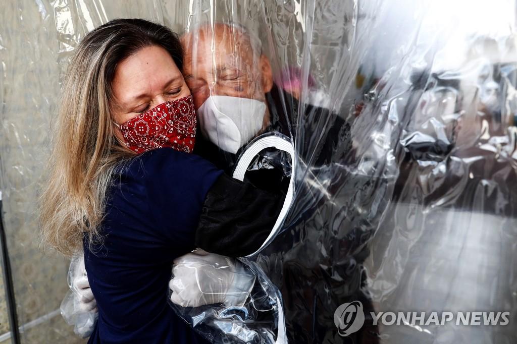 """코로나19 위기 속 WHO의 호소 """"성탄연휴에도 포옹은 자제"""""""