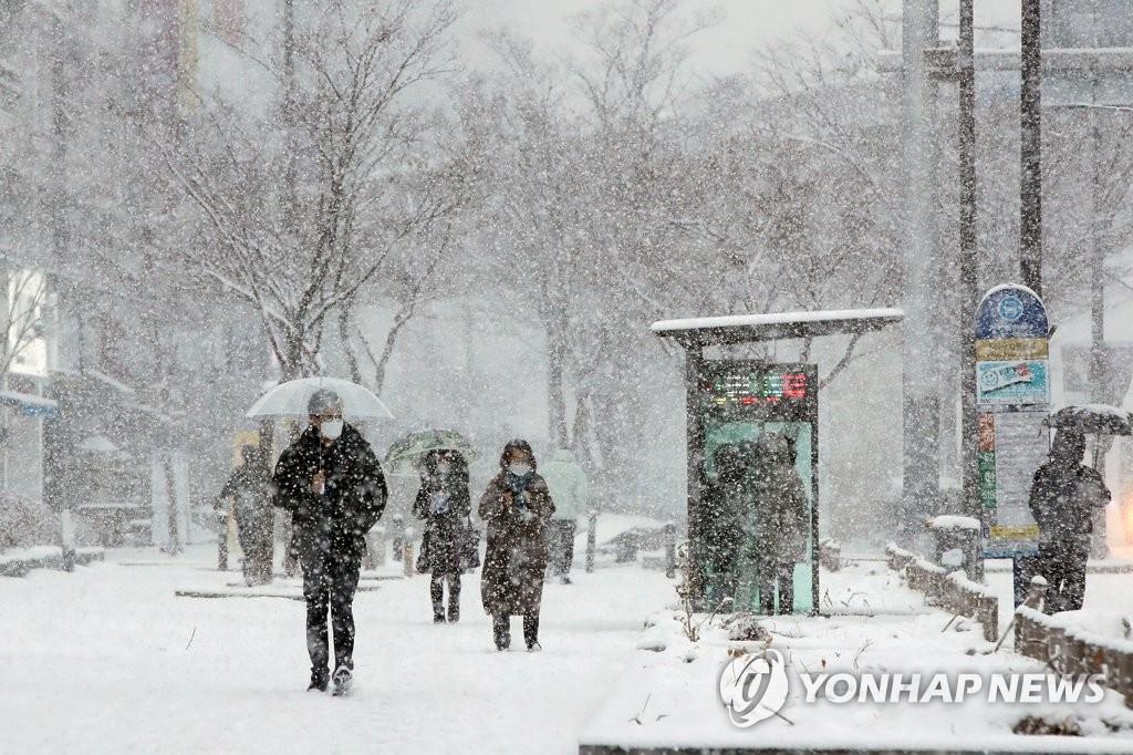폭설에 겨울왕국 변한 광주 도심 출근길 '엉금엉금'