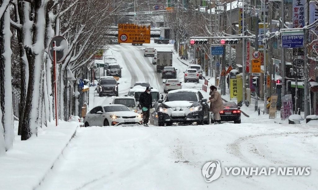 2년 만에 내린 눈폭탄에 광주·전남 곳곳 '미끄덩'