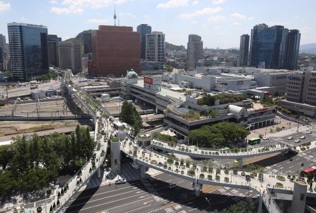 25일 대낮 서울로7017 다리 위에서 투신한 50대 남성이 결국 사망했다. 사진은 서울로7017. /사진=연합뉴스
