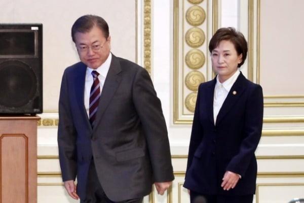 문재인 대통령과 김현미 국토교통부 장관. 사진=연합뉴스