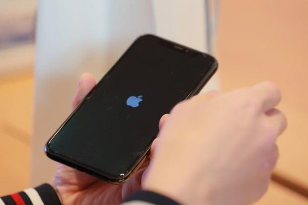 이마트는 오는 4일부터 6일까지 전국 62개 점포에서 수험표를 지참한 수험생에게 아이폰12·아이폰12미니를 정상가에서 5만원 할인해준다. /사진=연합뉴스