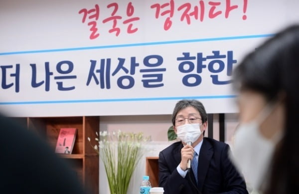 유승민 전 의원이 지난달 18일 서울 여의도 국회 앞 태흥빌딩 '희망 22' 사무실에서 열린 기자간담회에서 인사말을 하고 있다. /사진=연합뉴스