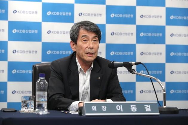 이동걸 산업은행 회장이 지난달 19일 대한항공과 아시아나항공 통합을 주제로 한 온라인 기자간담회에서 발언하고 있다. 사진=연합뉴스