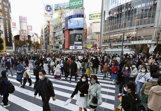 일본에서 신종 코로나바이러스 감염증(코로나19) 확진자 수가 연일 기록을 경신하는 가운데 지난 21일 일본 도쿄도(東京都) 시부야(澁谷)구의 교차로가 인파로 붐비고 있다. 사진=연합뉴스