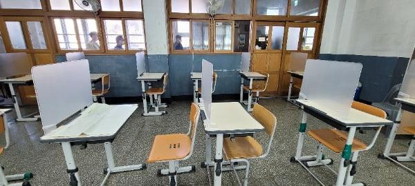 시험장에 코로나19 예방 차원에서 반투명 칸막이가 설치되어 있다/사진=연합뉴스