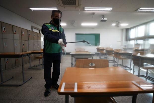 2021 대학수학능력시험이 치러질 양천구 영상고등학교에 방역 관계자가 시험실 소독을 하고 있다./사진=연합뉴스