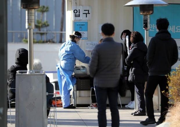 국내 신종 코로나바이러스 감염증(코로나19) 신규 확진자가 연일 400∼500명대로 나오며 '3차 대유행' 국면으로 접어들자 중환자 병상 부족 문제에 대한 우려도 커지고 있다. 사진은 중랑구 서울의료원 선별진료소에서 시민들이 코로나 19 검사를 받기위해 대기하는 모습. /연합뉴스