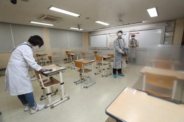 2021학년도 대학수학능력시험일을 하루 앞둔 2일 세종시 한 고등학교에 마련된 시험장에서 방역 관계자들이 신종 코로나바이러스 감염증(코로나19) 소독 작업을 하고 있다. /사진=연합뉴스