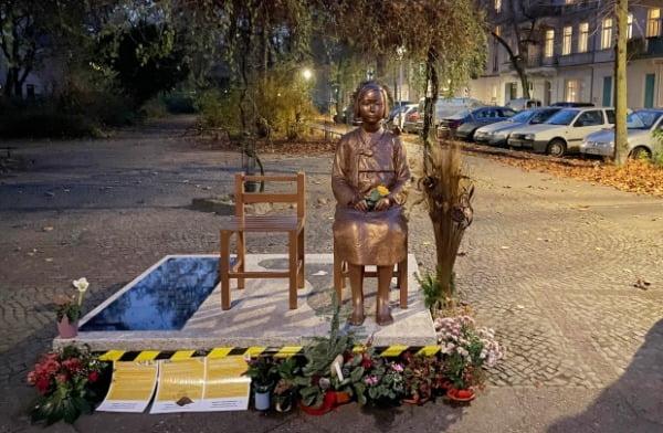 베를린 미테구 모아비트 지역에 설치된 평화의 소녀상. 베를린 미테구 의회는 지난 1일(현지시간) 평화의 소녀상 영구설치를 위한 결의안을 의결하고, 소녀상의 영구설치를 위한 방안을 마련하기로 했다. /사진=연합뉴스