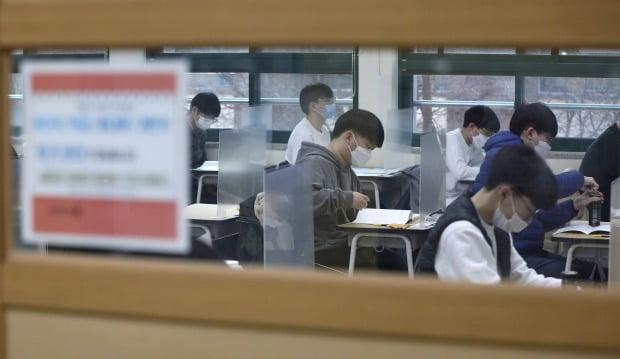 2021학년도 대학수학능력시험이 치러진 3일 오전 서울 종로구 경복고등학교 고사장에서 수험생들이 시험을 앞두고 자습하고 있다. / 사진=연합뉴스