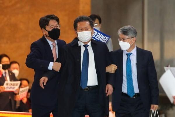 정청래 더불어민주당 의원이 10일 오후 국회 본회의장 앞에서 손피켓을 들고 시위하는 국민의힘 의원들과 말다툼을 하자 권성동 의원이 말리고 있다. /사진=연합뉴스