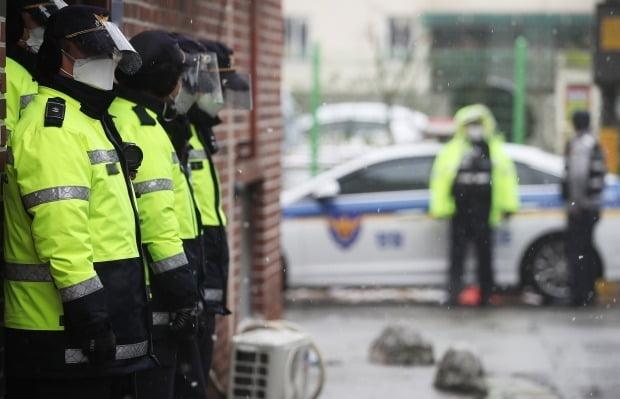 13일 경기도 안산시 한 주택가에서 경찰이 주변을 통제하고 있다. 사진=연합뉴스