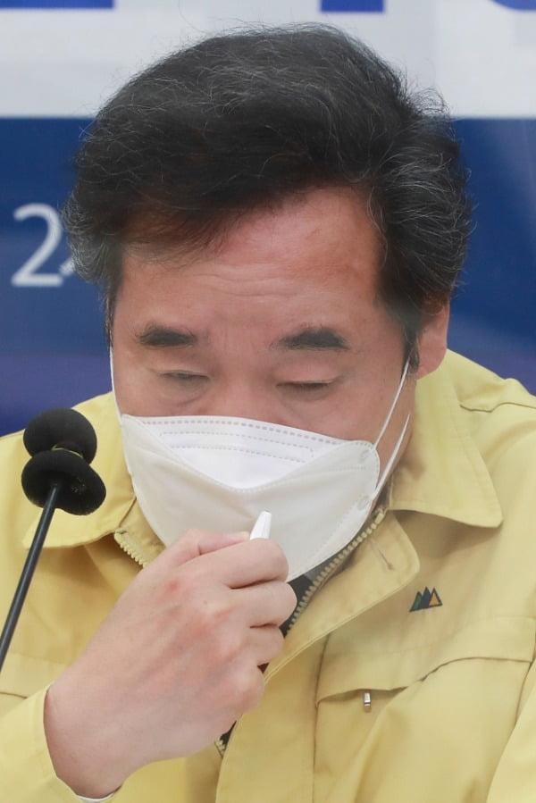 이낙연 더불어민주당 대표가 15일 국회에서 열린 K-방역 긴급점검 화상회의에서 지방자치단체장들의 발언을 듣고 있다. /사진=연합뉴스