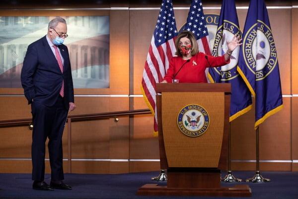 낸시 펠로시 미 하원의장(오른쪽)이 지난 20일 워싱턴 의회의 기자회견장에서 경기 부양책 내용을 설명하고 있다. EPA연합뉴스