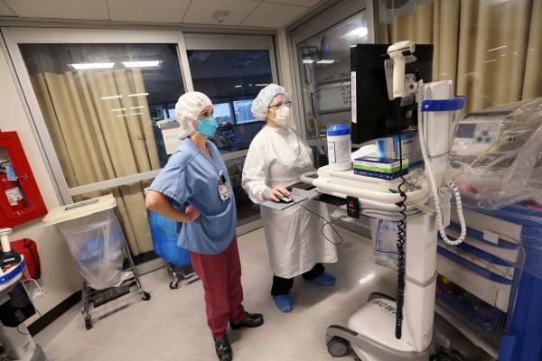 29일(현지시간) 미국 캘리포니아주의 한 병원 중환자실에서 의료진이 영상으로 환자 상태를 살펴보고 있다. AP연합뉴스