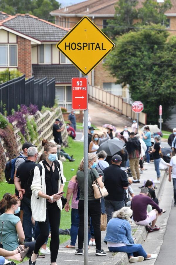 30일(현지시간) 호주의 한 병원 앞에 코로나 검사를 받으려는 대기 줄이 길게 형성돼 있다. EPA연합뉴스