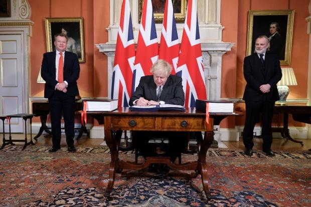보리스 존슨 영국 총리가 30일(현지시간) 런던 다우닝가 10번지의 총리 관저에서 브렉시트(영국의 유럽연합 탈퇴) 협정문에 서명하고 있다.(사진=EPA=연합뉴스)
