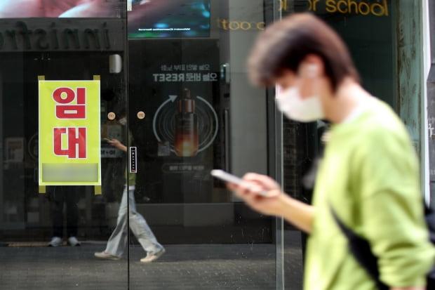 서울 중구 명동 건물에 임대 현수막이 붙어 있다. 사진=뉴스1