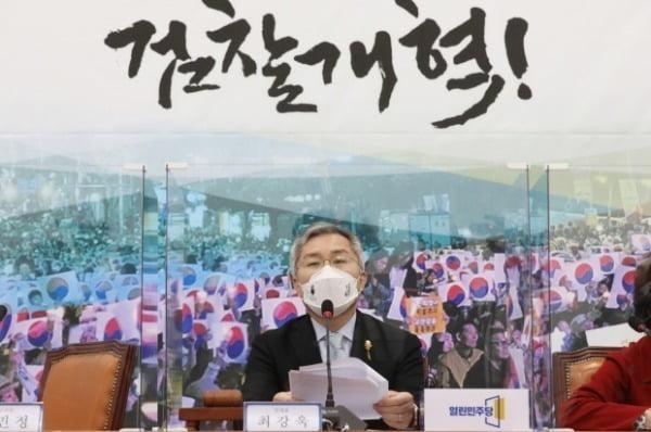최강욱 열린민주당 대표가 지난달 23일 국회에서 열린 최고위원회의에서 발언하고 있다. /사진=뉴스1