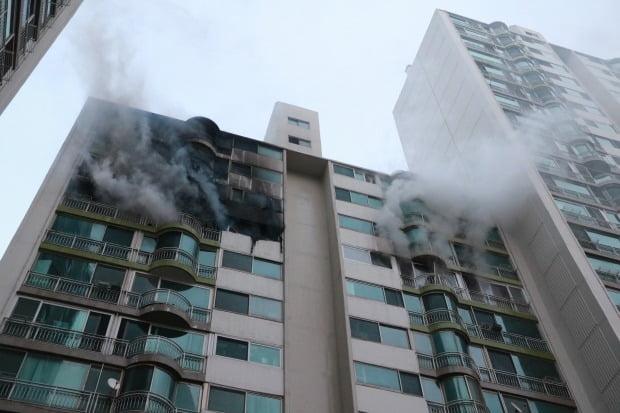 1일 오후 경기도 군포시 산본동 소재 아파트에서 화재가 발생해 소방대원들이 현장을 살펴보고 있다. 이 사고로 4명 사망·1명 중태에 빠졌다. 사진=뉴스1