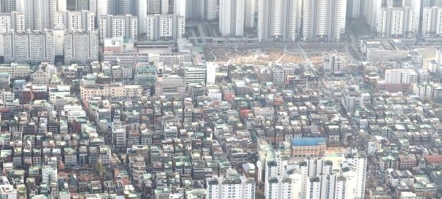 서울 송파구 롯데월드타워 서울스카이에서 빌라 및 다세대 주택과 아파트가 동시에 보이고 있다. /뉴스1