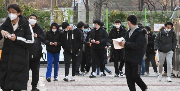 서울 서울 영등포구 여의도고등학교로 수험생들이 들어서고 있다. 사진=뉴스1