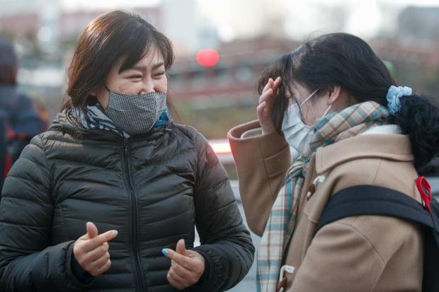 2021학년도 대학수학능력시험일인 3일 오전 서울 중구 이화여자외국어고등학교에서 마스크 쓴 수험생이 가족들의 응원 속에 고사장으로 향하고 있다. 신종 코로나바이러스 감염증(코로나19) 여파로 2주 늦춰진 이번 수능은 역대 최소인 49만3433명이 응시한 가운데 전국 86개 시험지구 1383개 시험장에서 일제히 치러진다. / 사진=뉴스1