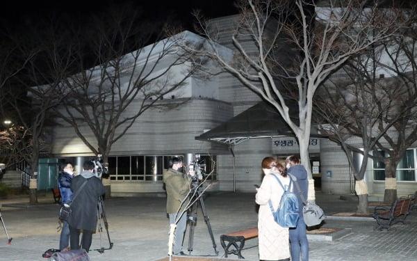 이낙연 더불어민주당 대표실 이모 부실장이 3일 오후 서울 중앙지방법원 인근에서 숨진 채 경찰에 발견된 가운데 취재진이 취재를 하고 있다. 이 부실장은 옵티머스자산운용 로비 의혹 사건과 관련해 검찰 수사를 받아 왔다. 사진=뉴스1