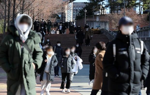 서울 동작구 숭실대학교에서 2021학년도 논술고사를 마친 수험생들이 고사장을 나서고 있다. 사진=뉴스1