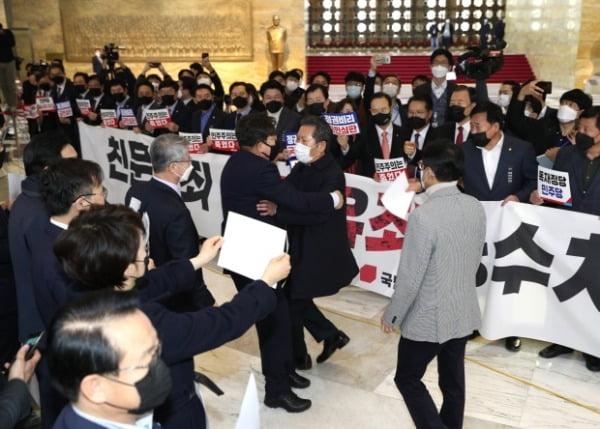 정청래 더불어민주당 의원이 10일 오후 서울 여의도 국회에서 열린 본회의에 참석하며 피켓 시위를 하는 국민의힘 의원들과 말다툼을 하고 있다. /사진=뉴스1