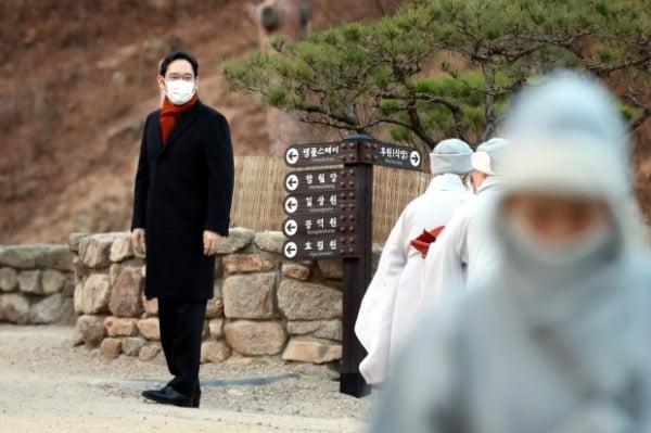 이재용 삼성전자 부회장이 고 이건희 회장의 49재를 지내기 위해 12일 오전 서울 은평구 진관사에 도착하고 있다. /사진=뉴스1