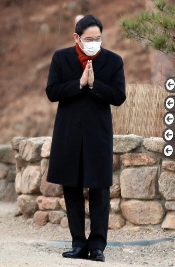 이재용 삼성전자 부회장이 고 이건희 회장 49재를 지내기 위해 12일 오전 서울 은평구 진관사를 찾아 스님들에게 인사하고 있다. /사진=뉴스1