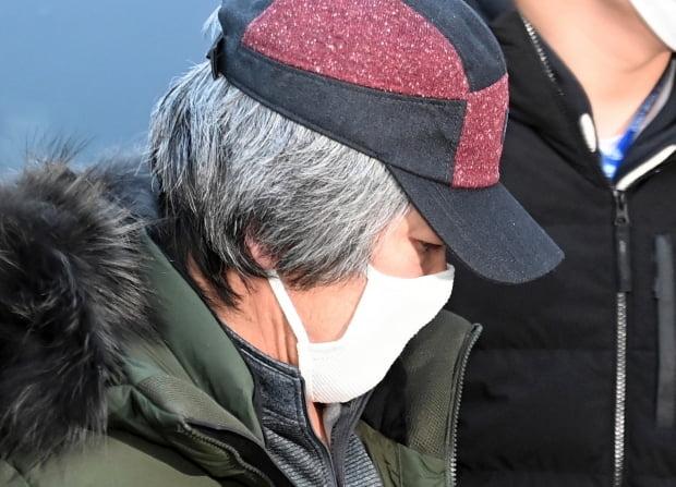 아동 성폭행 혐의로 징역 12년을 복역 후 출소한 조두순(68)이 12일 오전 경기도 안산준법지원센터에서 행정절차를 위해 이동하고 있다. 사진=뉴스1
