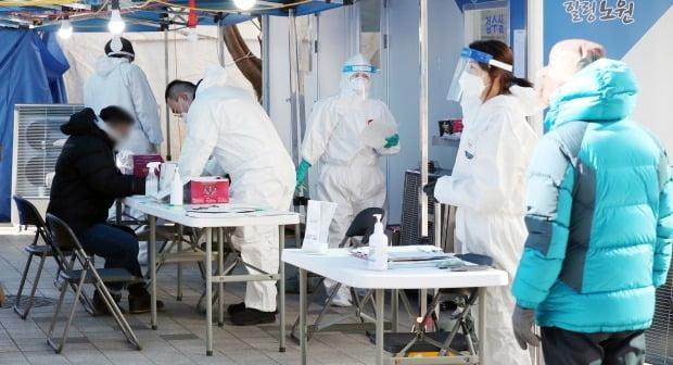 15일 서울 노원구 보건소에 마련된 선별진료소에서 의료진들이 신종 코로나바이러스 감염증(코로나19) 진단 검사를 받기 위해 진료소를 찾은 시민들을 돌보고 있다.  (사진=뉴스1)