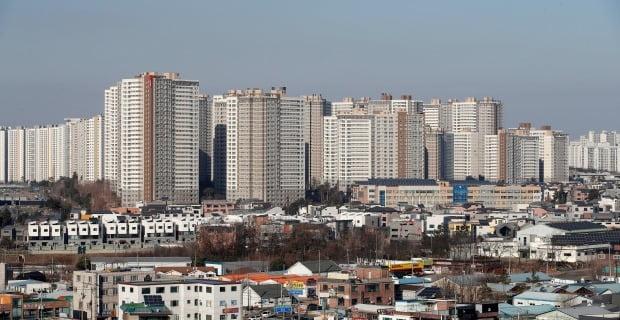 정부가 지난 18일부터 지방 중소도시를 포함한 36곳을 조정대상지역으로 지정했다. 사진은 조정대상지역이 된 파주 아파트 전경. / 사진=뉴스1