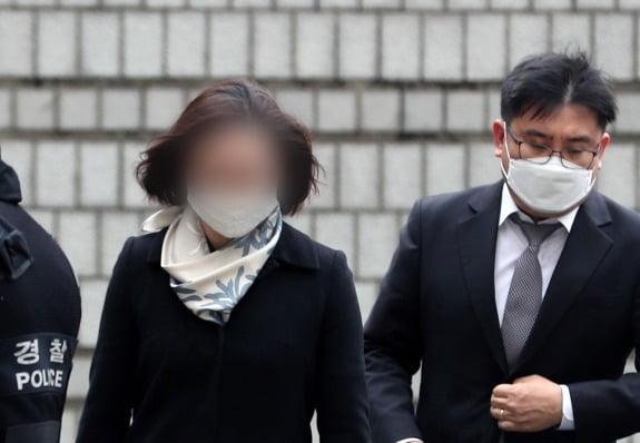 사모펀드 및 자녀 입시비리' 등의 혐의를 받는 정경심 동양대학교 교수가 징역 4년형을 선고받고 법정구속됐다. (사진=뉴스1)