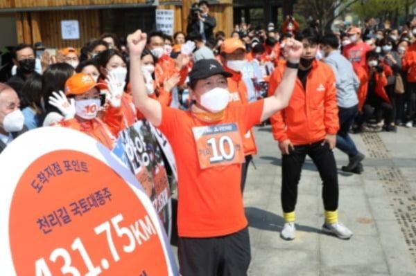 안철수 국민의당 대표가 지난해 4월 서울 종로구 이순신 동상앞에서 국토 대종주를 마무리 하고 있다. 당시 국민의당은 총선서 지역구 후보를 내지 않는 대신 국토대종주를 통해 정당투표를 독려했다. /사진=뉴스1