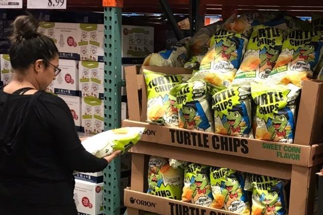 13일 오리온에 따르면 지난해 9월 출시된 '꼬북칩 초코츄러스맛'은 지난 11일 기준 판매량이 1100만봉을 돌파했다.  꼬북칩은 미국 캐나다 등 12개국에 수출 중이다. 사진=오리온 제공